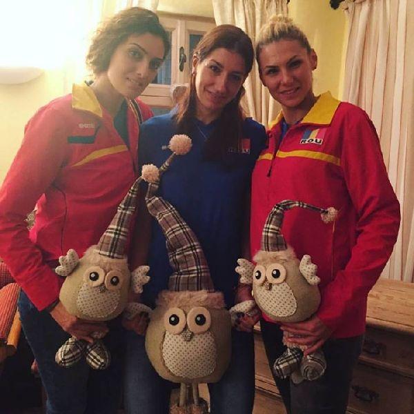 Roxana Bacsis, Georgiana Fales si Denisa Rogojinaru, isi prezinta cadourile primite din partea gazdelor