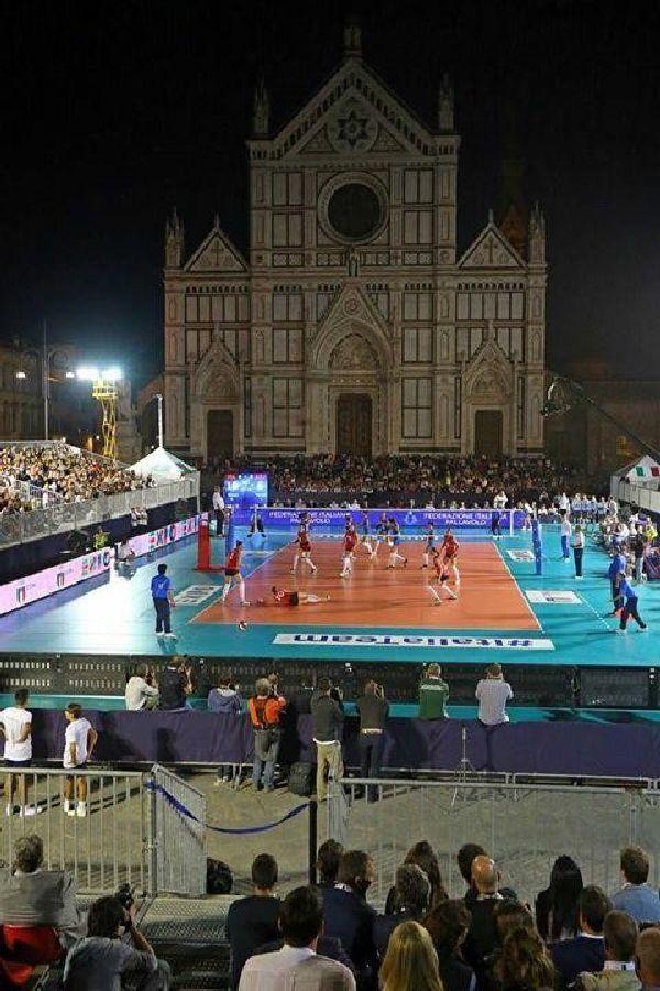 Imagine de la amicalul Italia - Azerbaidjan, disputat in Piata Santo Croce din Florenta