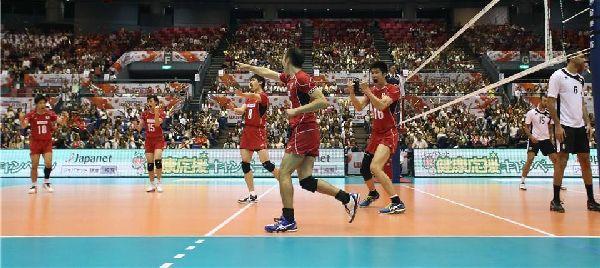 Nationala masculina a Japoniei si bucuria dupa punctul care i-a adus prima victorie la Cupa Mondiala organizata pe propriul teren