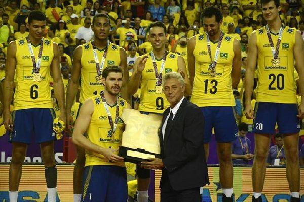Bruno Rezende primeste trofeul acordat campioanei Americii de Sud