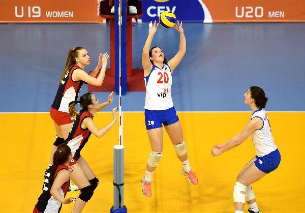 Larisa Vasilică pândește momentul săriturii la blocaj