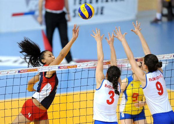 Eliza Varga plaseaza o minge