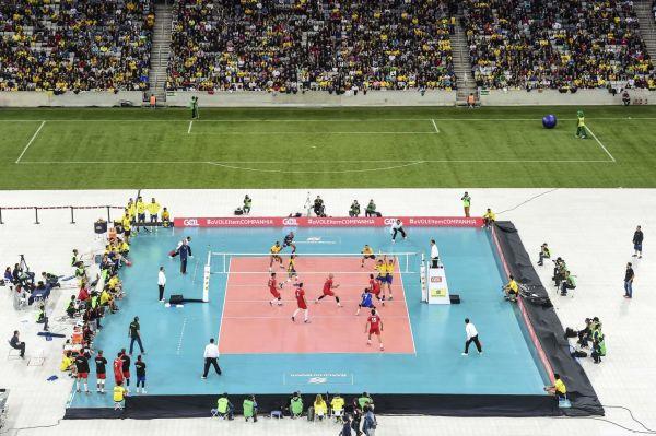 Terenul de volei a fost amenajat in mijlocul stadionului din Curitiba