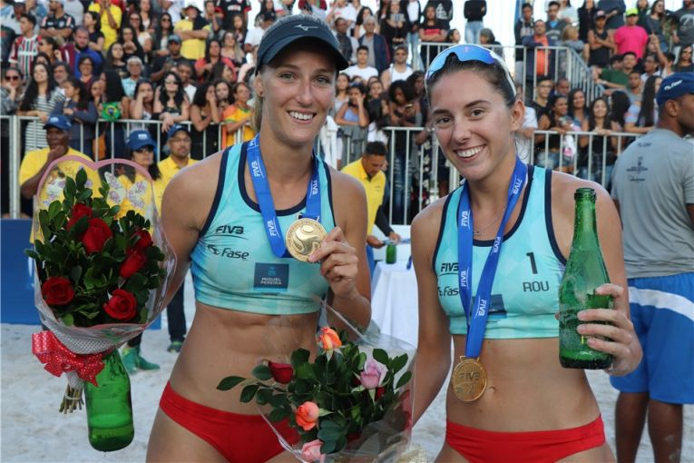Adriana Matei si Beata Vaida cu medaliile si florile primite după victoria de la Miguel Pereira