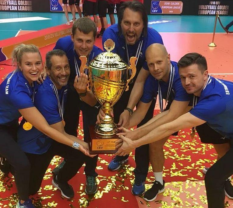 Gianni Cretu si echipa lui tehnica, alături de trofeul cucerit dupa finala Golden European League