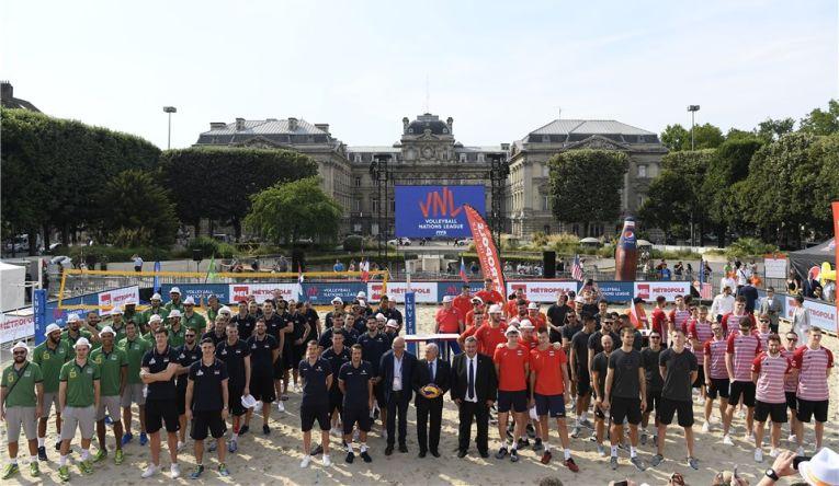 Echipele participante la Final 6 VNL 2018 la volei masculin, in careu la Lille cu presedintele FIVB, Graca