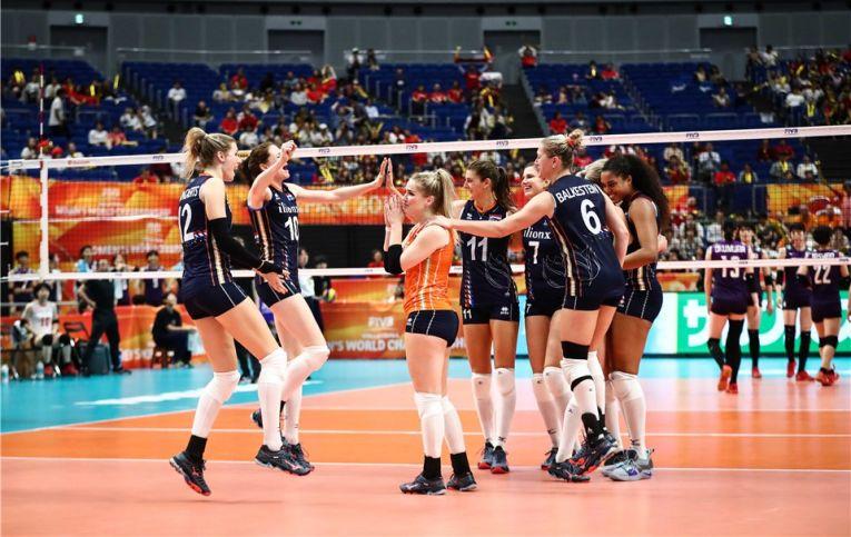 Bucuria jucătoarelor olandeze după ce au reusit sa invinga Japonia la Campionatul Mondial feminin de volei