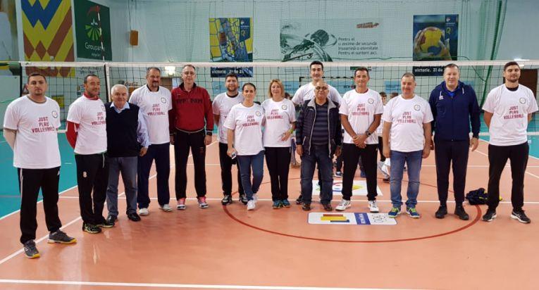 Antrenorii si oficialii implicati in prima editie a Festivalului de Baby Volei. In rosu, vicepresedintele FRV, Adin Cojocaru
