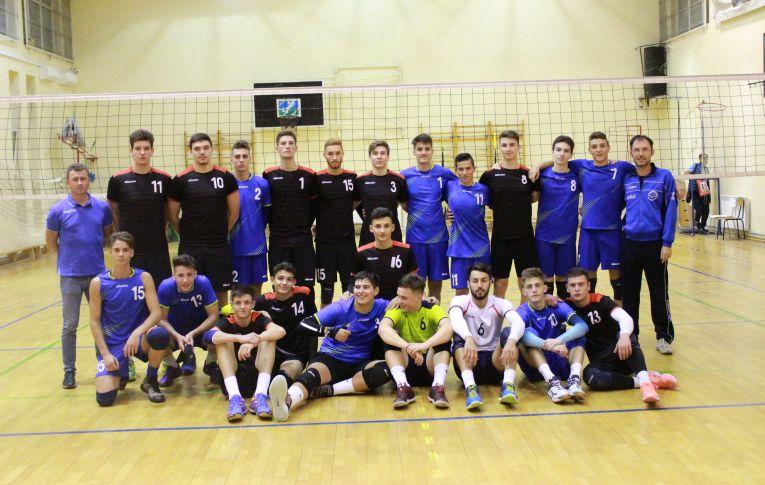 Echipele de juniori ale CF Mihai I, la finalul meciului direct