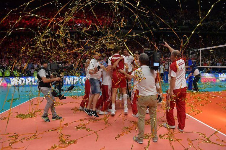 Bucuria polonezilor, la câteva secunde după cucerirea celui de-al doilea titlu consecutiv de campioni mondiali la volei