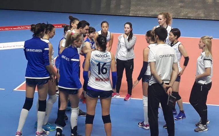 Jucatoarele de la CSM Bucuresti asculta ultimele indicatii date de antrenorul Ferhat Akbas