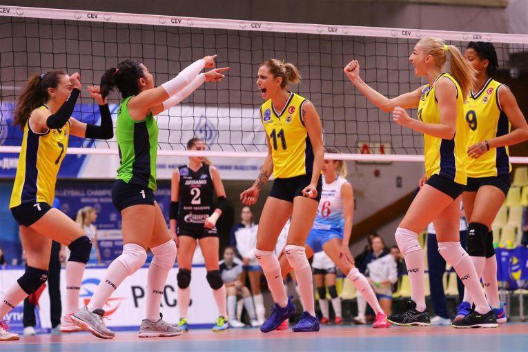 Bucuria fetelor de la Fenerbahce Istanbul, dupa victoria de la Moscova, cu Dinamo