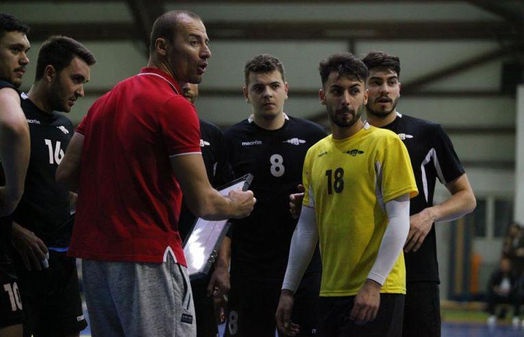 Antrenorul George Carpen alaturi de jucatorii de la Stiinta Bucuresti, la un time-out