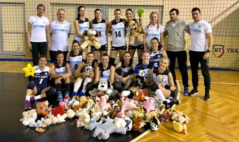 Echipa feminină Universitatea Cluj si jucariile donate de spectatori la finalul meciului cu Belor Galati