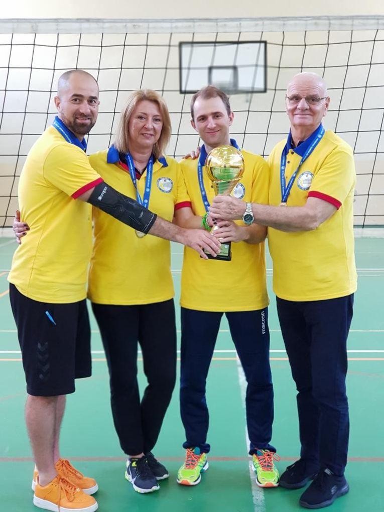 Antrenorii CSM Bucuresti, alaturi de domnul Soaca si trofeul de campioni nationali