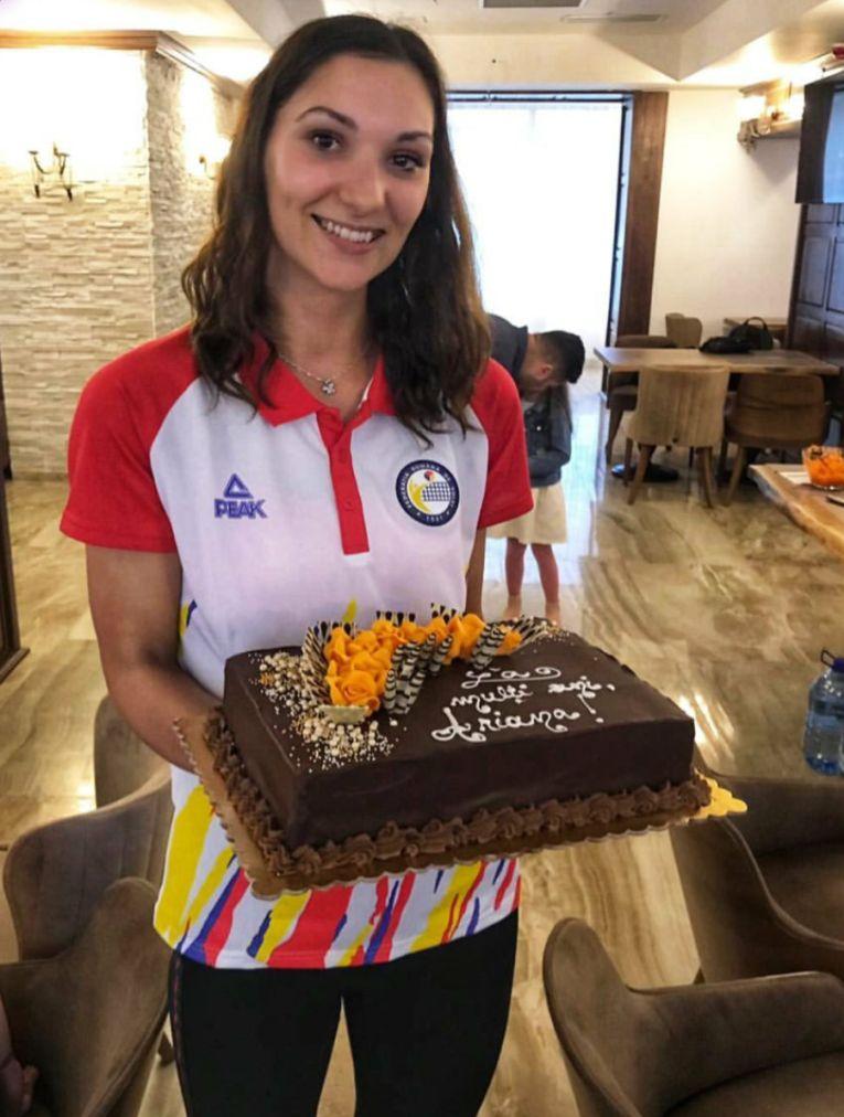 Ariana Pîrv a primit un tort de ziua ei din partea coechipierelor