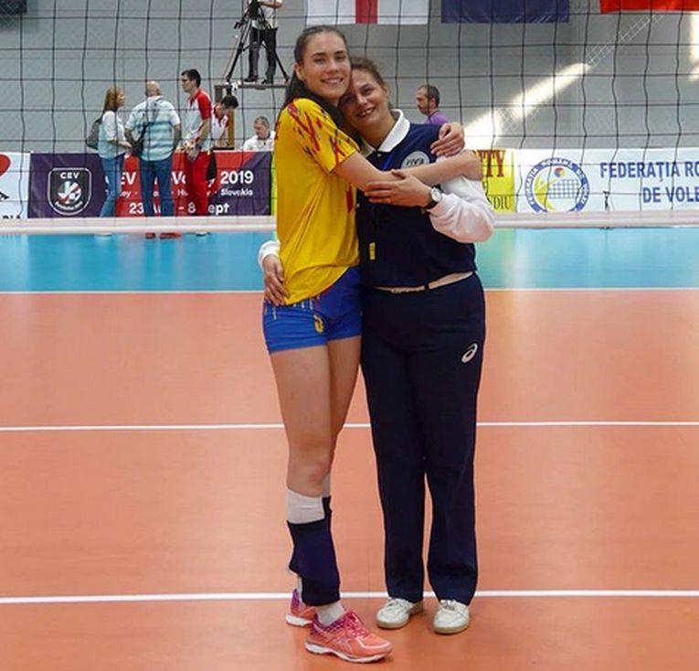 Rodica Buterez, alături de mama ei, arbitrul Sorina Niculescu, la finalul meciului de debut in nationala de senioare a Romaniei