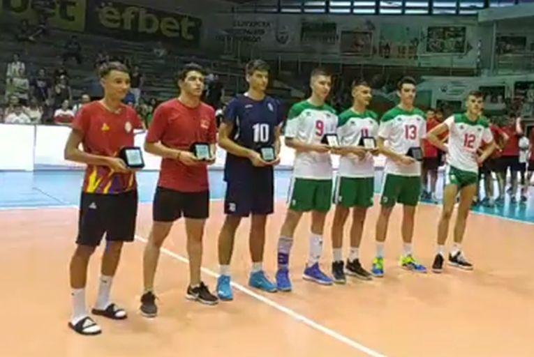 Carol Kosinski, cel mai bun libero a Campionatului Balcanic U17, alaturi de ceilalti componenti ai echipei ideale