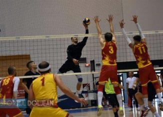 Adrian Aciobăniței plasează o minge în amicalul de volei cu Macedonia