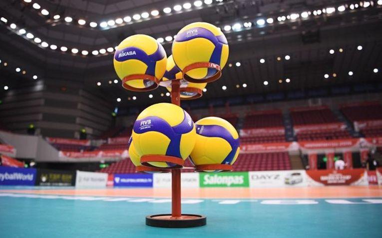 Noile mingi Mikasa, aranjate înaintea meciului SUA - Kenya, de la Cupa Mondială din Japonia