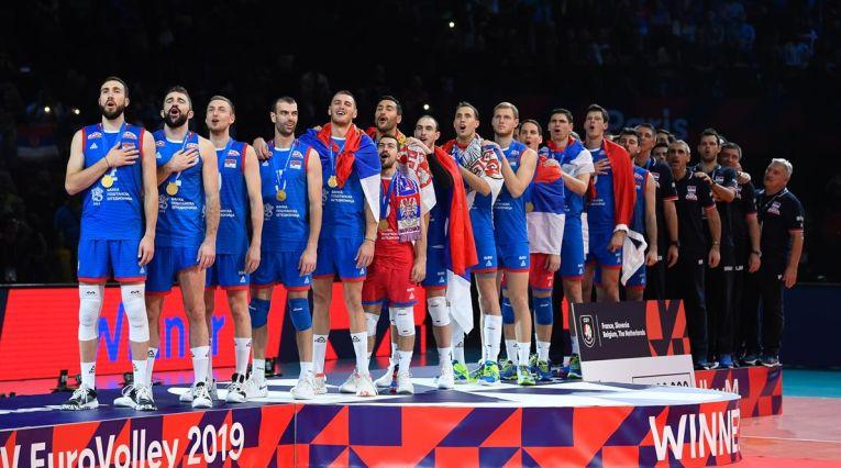 Jucătorii naționalei Serbiei la intonarea imnului, după câștigarea titlului europen la volei masculin