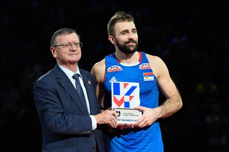 Uros Kovacevic și trofeul primit pentru titlul de MVP al Campionatului European masculin de volei