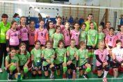 Echipele de minivolei CSS Sibiu si Alpha Sport Team Sibiu la finalul meciului direct din primul turneu al campionatului 2019/ 2020