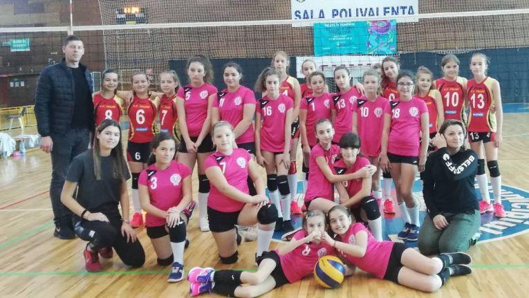 Echipele de minivolei CSS Unirea Iasi și CSS Botoșani la finalul meciului din primul turneu al campionatului 2019/ 2020