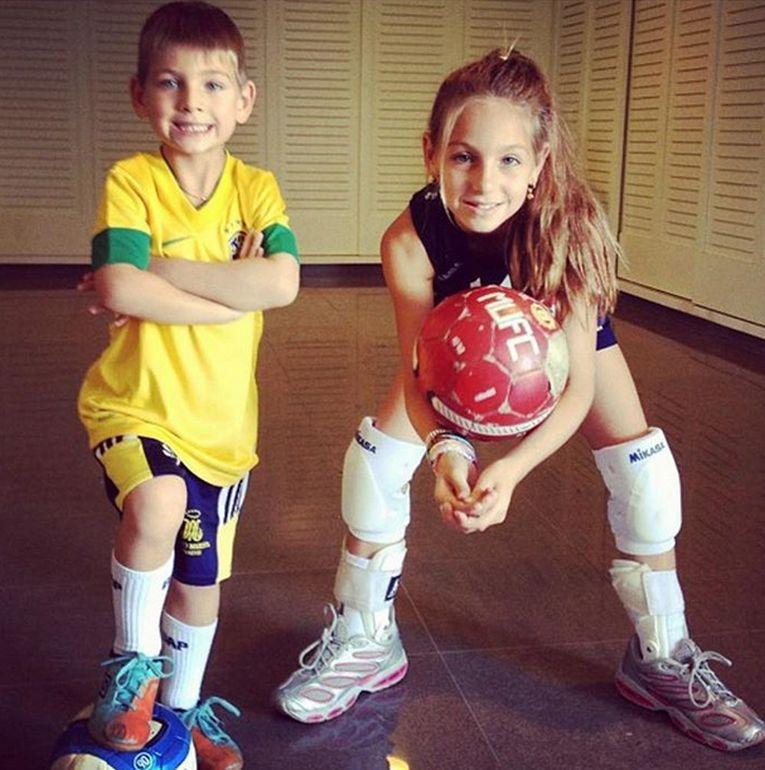 Nicoll Pirv, aici in fotografie alături de fratele ei, care e portar la o echipă de copii din Cluj, a fost atrasă mereu de volei, dar abia în România a început să-l practice la nivel de performanță