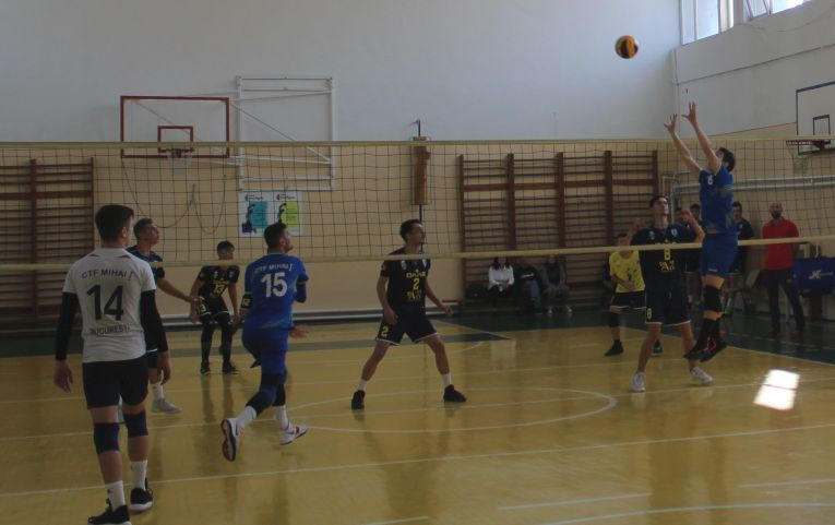 Tudor Constantinescu, born 2002, setter of romanian volleyball junior team CTF Mihai I in action
