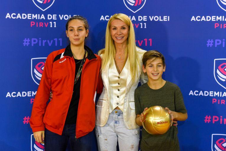 Cristina Pîrv, alături de cei doi copii, Nicoll și Patrick, la inaugurarea Academiei Pîrv11 (FOTO: Vakarcs Loránd)