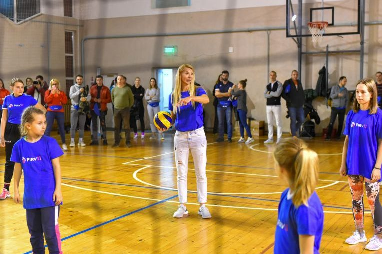 Cristina Pîrv a jucat volei cu cei mici la inaugurarea Academiei Pîrv11 (FOTO: Vakarcs Loránd)