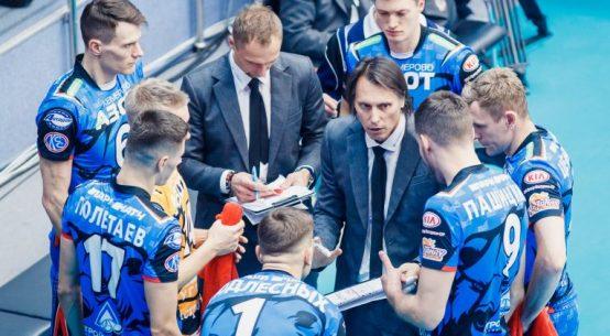 Gianni Crețu, în mijlocul jucăorilor săi de la Kuzbass Kemerovo, la un time out
