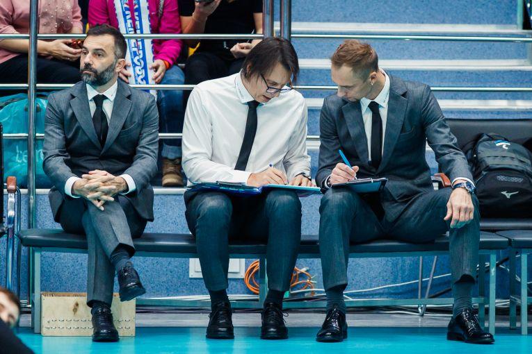 Gianni Crețu, alături de secundul său de la Kuzbass Kemerovo, pregătind tactica de meci