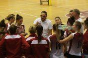 Antrenorul echipei feminine de volei Rapid, dă indicații jucătoarelor sale în timpul unui time-out