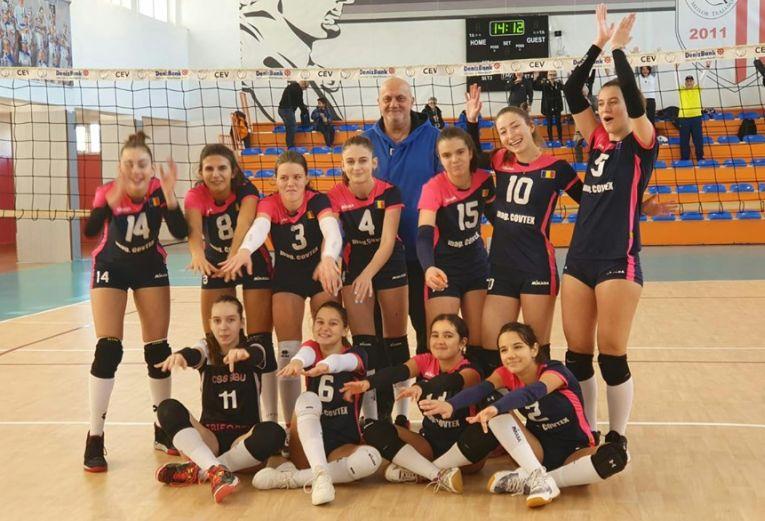 Jucatoarele echipei de cadete CSS Sibiu, la fotografia de grup de dupa victoria din etapa a cincea a campionatului 2019/ 2020, care i-a adus primul loc la finalul turului