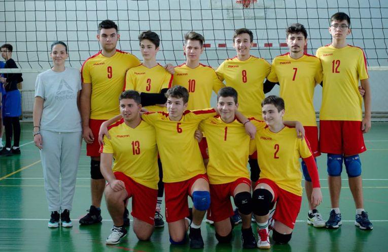 Jucătorii de volei de la echipa de cadeti a CSS Dinicu Golescu Campulung Muscel, la fotografia de grup de dupa etapa a cincea a campionatului 2019/ 2020. Jucatorii sunt imbracati in echipamente de culoare galbena