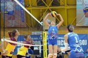 Ridicatoarea formatiei CSM Lugoj construieste o actiune de atac in meciul cu Dukla Liberec, din prima manșă a 16-imilor Cupei Challenge la volei feminin