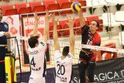 Atacantul dinamovist Raul Munoz, in atac in meciul cu Arkaș Izmir, din manșa tur a 16-imilor de finală ale Cupei CEV la volei masculin