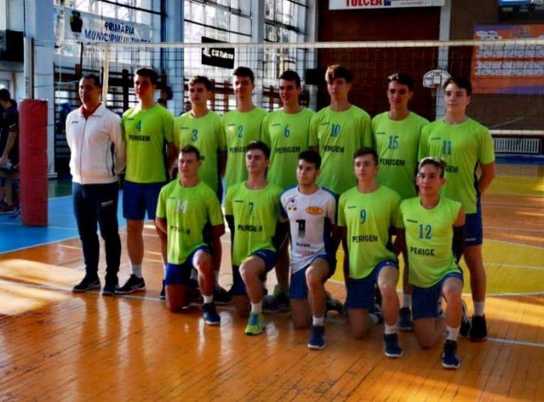Jucătorii formatiei de volei Dream Team Tulcea la fotografia de grup de după victoria cu CSM Tamnicu Sarat, din Seria Est a Diviziei A2 la volei masculin, prima din istoria echipei
