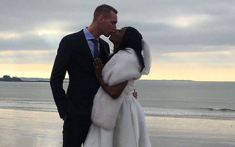 Voleibalistul francez Kevin Le Roux și soția lui, Cursty jacskon Le Roux, primul sărut ca soț și soție