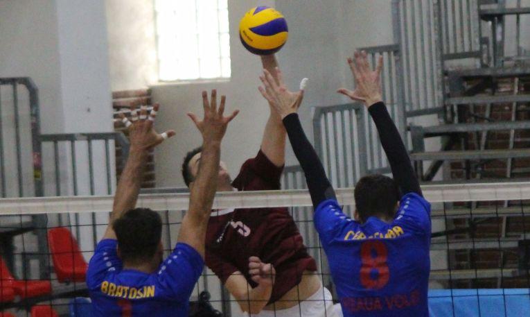 Luptă la fileu în meciul Steaua - Rapid. Un jucător al Rapidului, Teo Frîncu, atacă încercand să depăsească blocajul format din steliștii Bratosin și Cerșemba