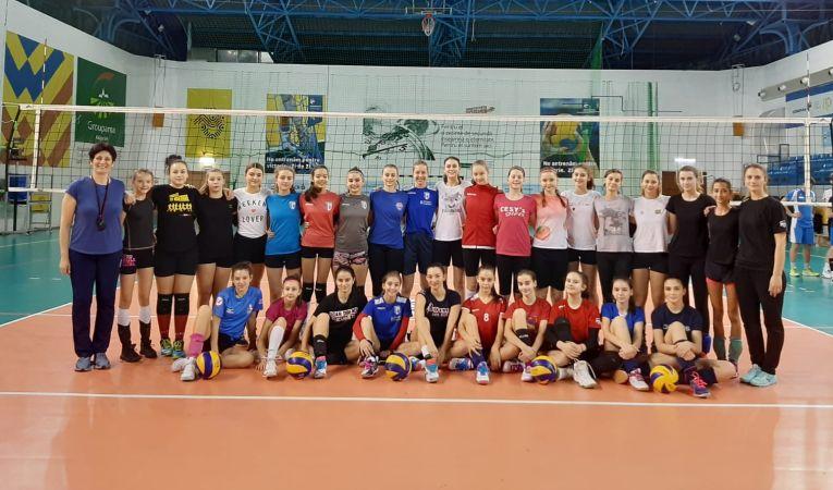 Fotografia de grup a voleibalistelor generatiei 2006/ 2007 participante la selecția națională a naționalei de sperante