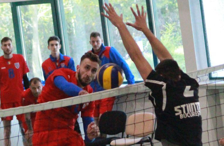 Robert Vologa in atac, in meciul Stiinta Bucuresti -Steaua, din Seria Est a Diviziei A2 la volei masculin