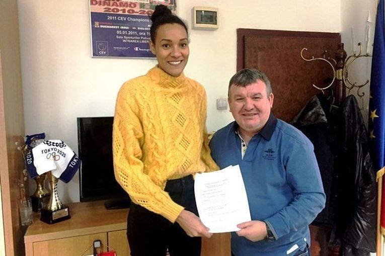 Nneka Onyejekwe, alături de vicepreședintele clubului Dinamo, Marian Ștefan, după semnarea contractului cu echipa feminină de volei