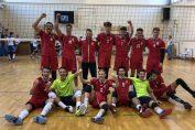 Jucătorii echipei de volei cadeti a clubului Dinamo se bucură după victoria obținută pe terenul celor de la CTF Mihai I