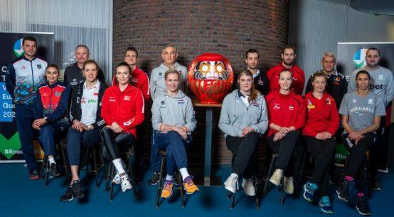 Căpitanii și antrenorii celor 8 nationale participante la turneul european preolimpic de calificre la Jocurile Olimpice de la Tokyo 2020 la volei feminin, la fotografia oficială cu masca traditională a competiției