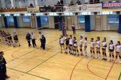 Componentele echipelor feminine de volei SCM U Craiova și Medicina Tîrgu Mureș, la începutul meciului direct din penultima etapă a campionatului regulat al Seriei Vest din Divizia A2