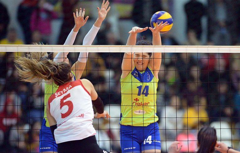 Jucătoarele formației CSM Lugoj sar la blocaj în timpul meciului cu Thy Istanbul, din optimile Cupei Challenge la volei feminin