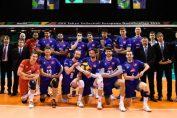 Componenții naționalei de volei masculin a Franței pozează simulând că țin un copil în brațe, ca omagiu pentru coechipierul lor, Kevin Tillie, care a devenit tată înaintea startului turneului preolimpic european. Franța a învins Serbia cu scorul de 3-0